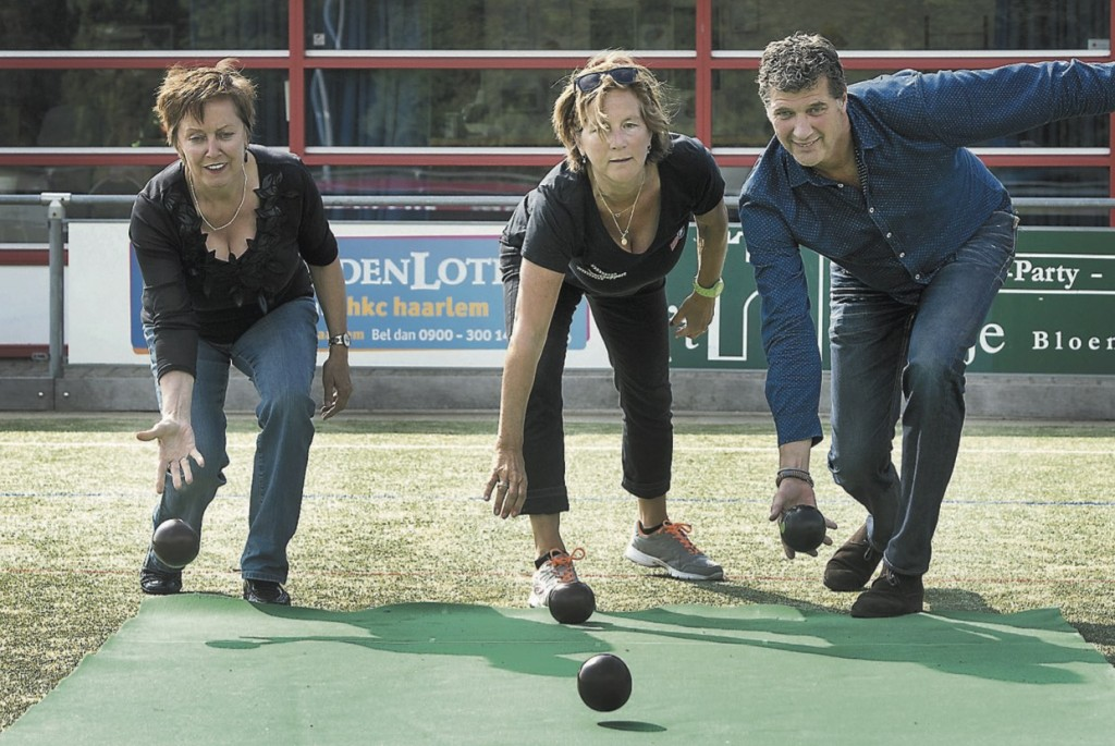 Cokky Bentvelsen, Lucia Grooff en Hans van den Hoek aan het koersballen.