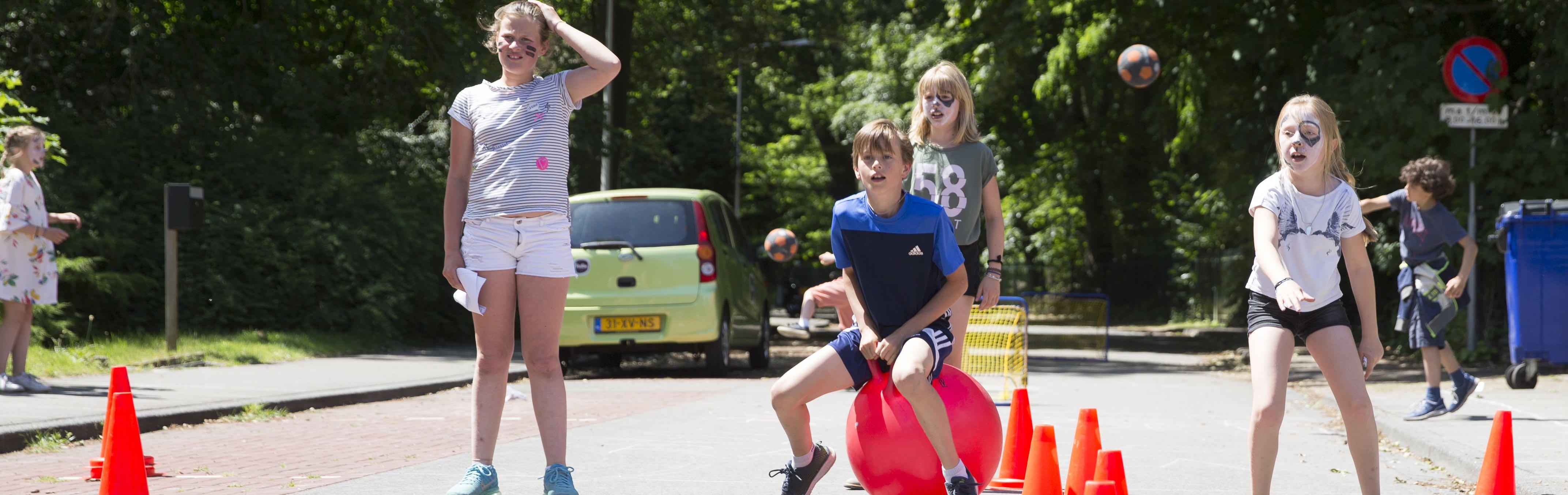 De Dennenweg kidsproof op de nationale buitenspeeldag