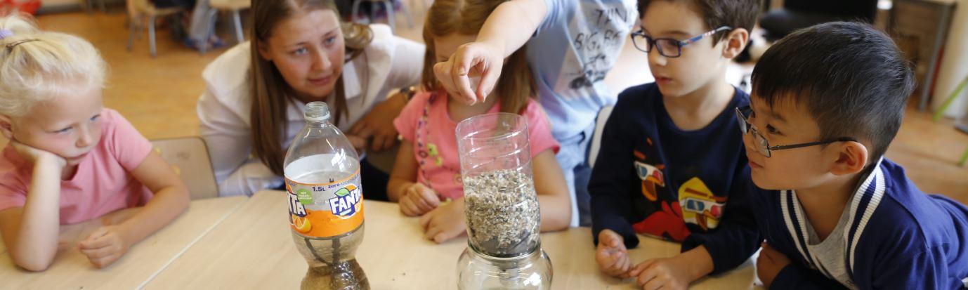 Pabo-studenten geven kraanwaterles op Zuiderpolderschool in Haarlem
