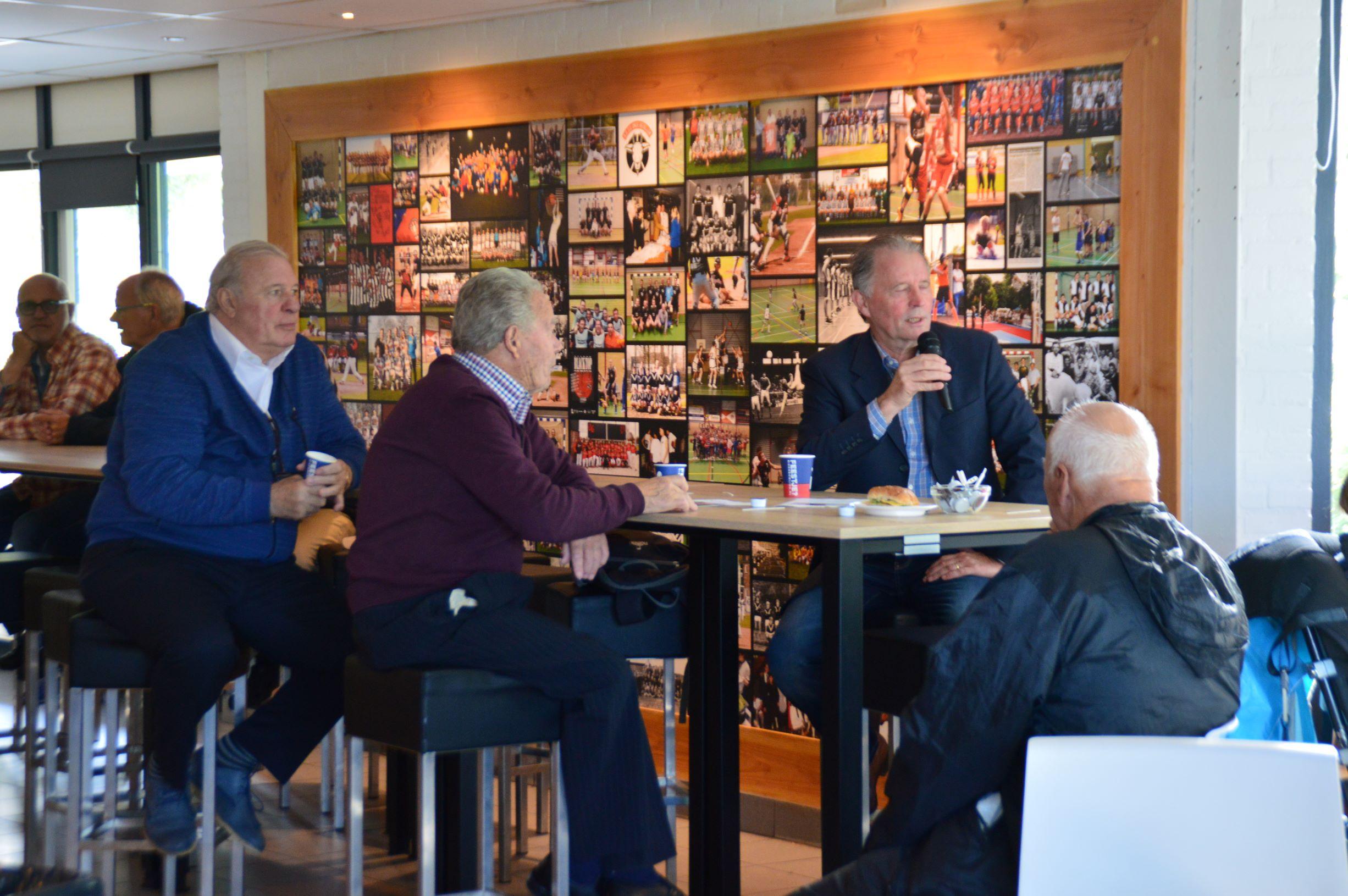 Oud-voetballers te gast bij 'Week voor de ontmoeting, samen tegen eenzaamheid'