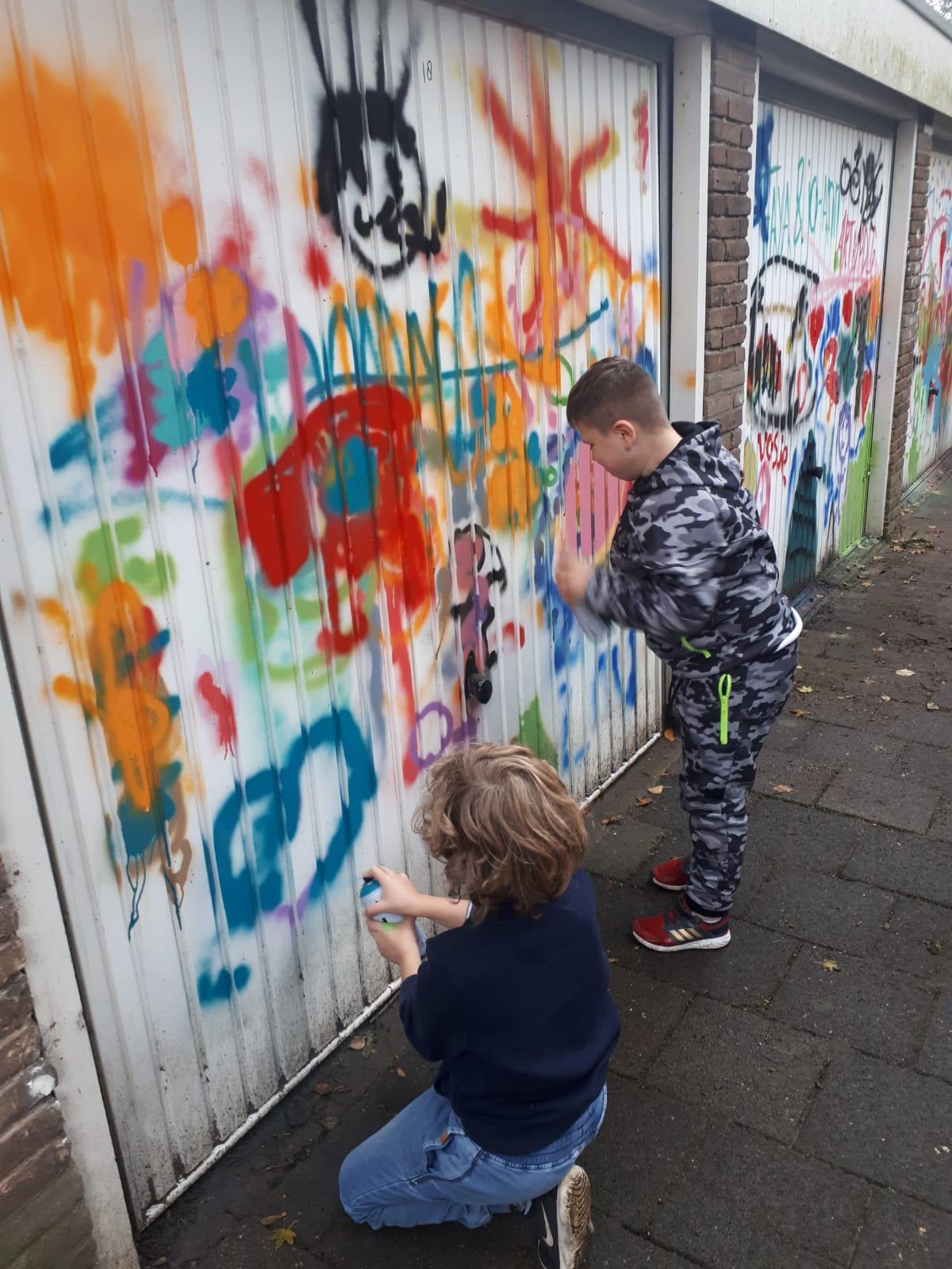 Garagedeuren Delftwijk versierd door kinderen